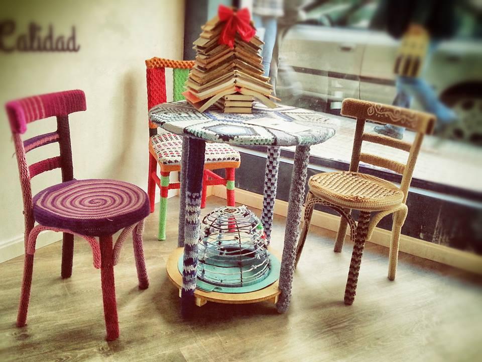 La mesa camilla y las sillas forradas por Quedamos y Punto.