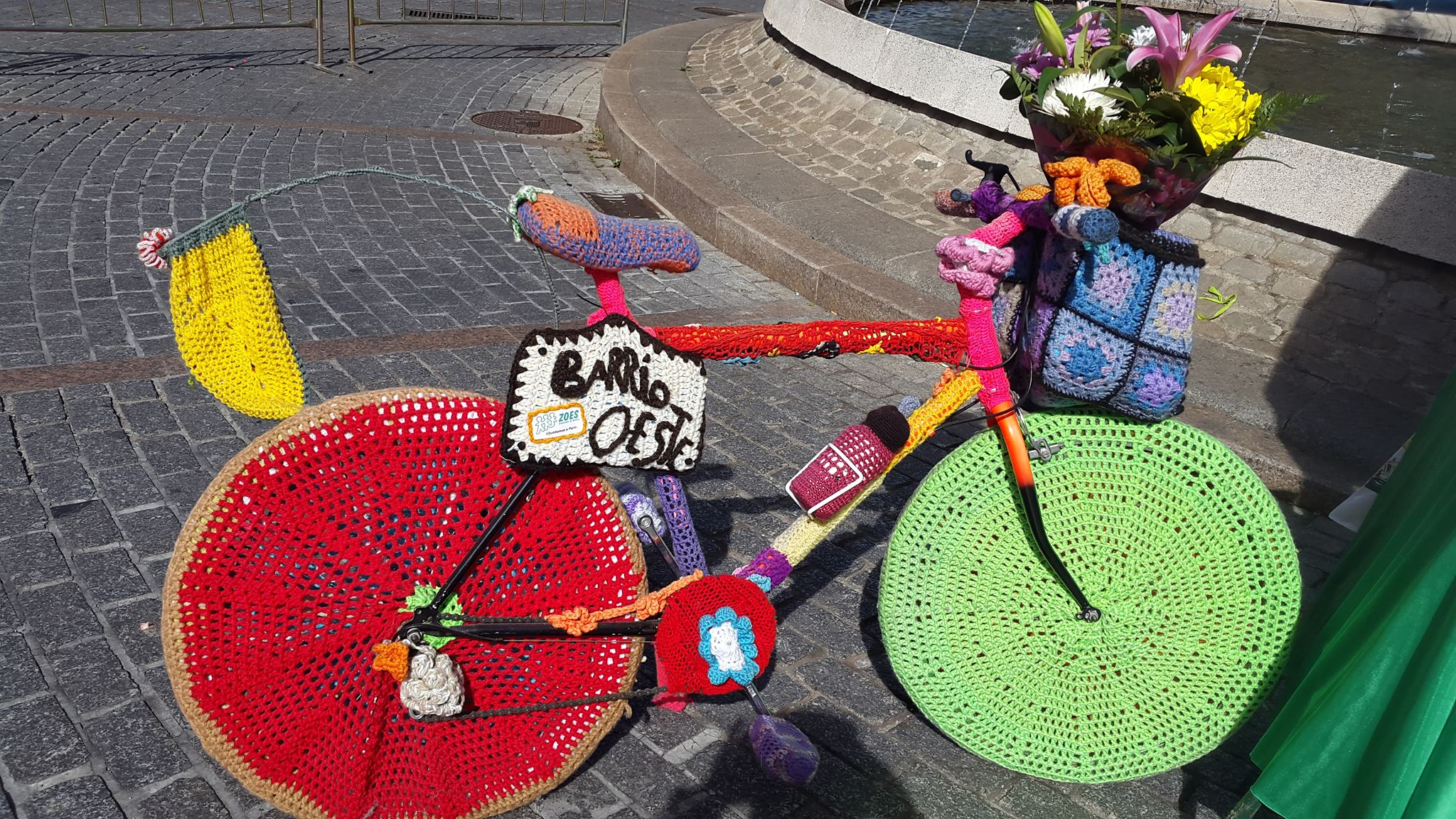 La bicicleta forrada de punto es ya uno de los símbolos del Barrio del Oeste.