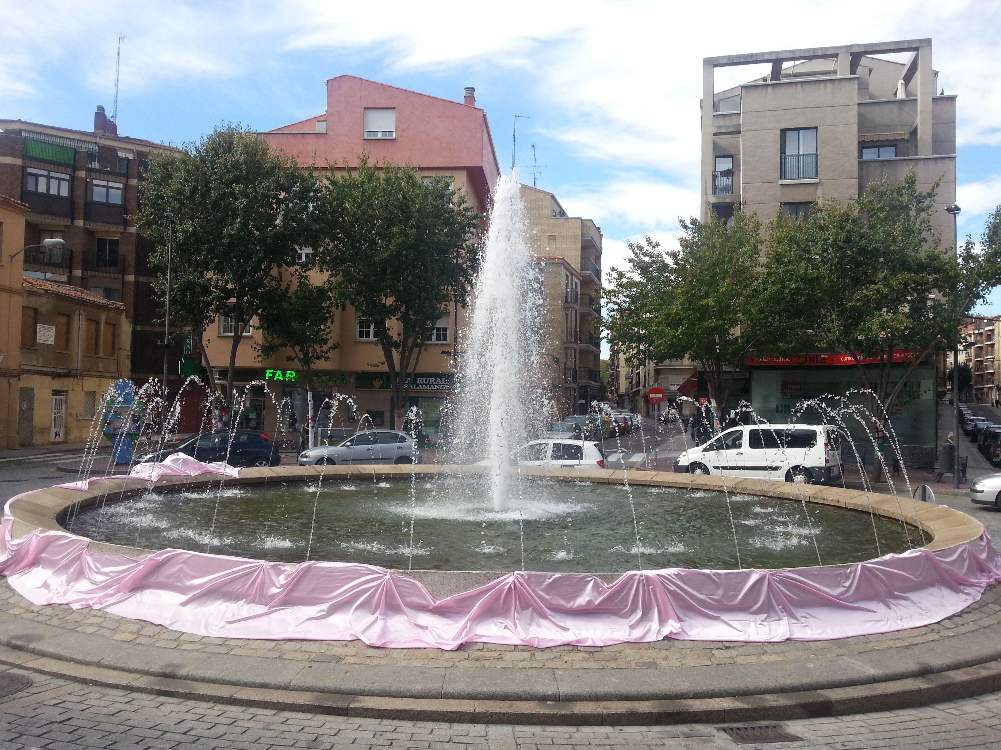 Fuente de la Plaza del Oeste, decorada con tela rosa