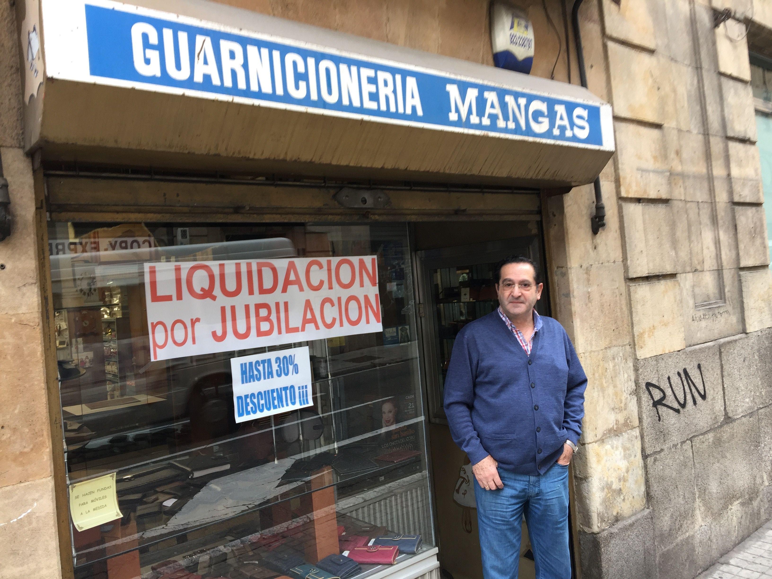 Miguel Mangas en la puerta de su comercio de la calle Alvaro Gil