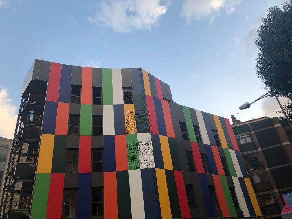 """Photo of """"La casa de colores"""", un edificio con el espíritu del Oeste"""
