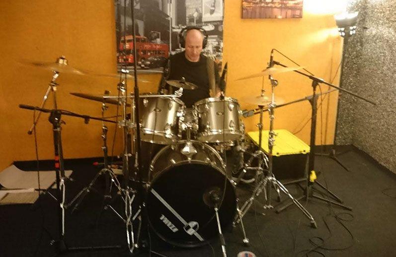 Jorge Orejudo grabando la batería