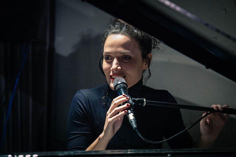 Sheila Blanco al micrófono