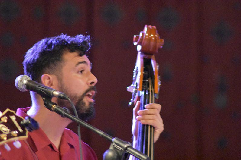 Ibán Sánchez tocando el contrabajo con Lulú & The Rockets  (Foto: FerCyborg)