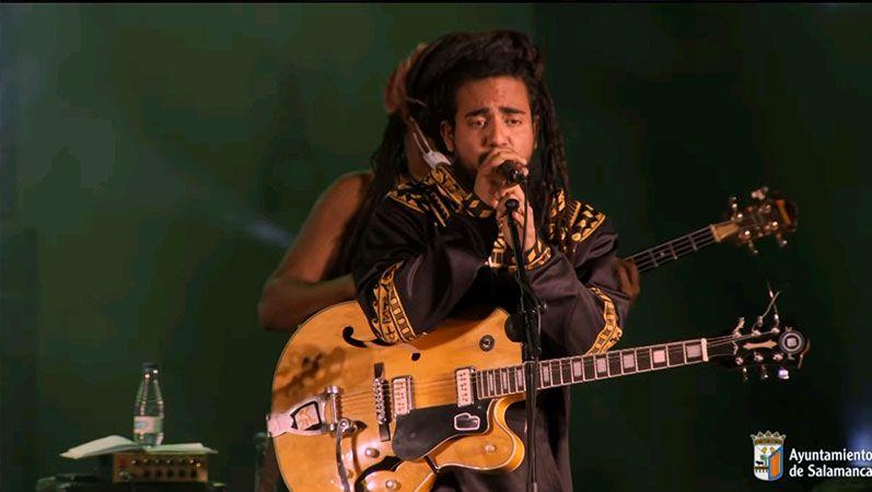El músico venezolano Ras Neftalí a la guitarra y voz