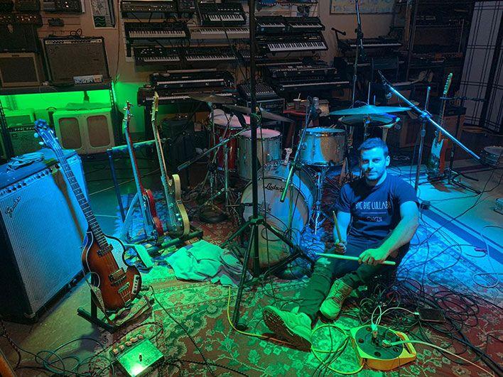 Christian Murgui rodeado de instrumentos musicales
