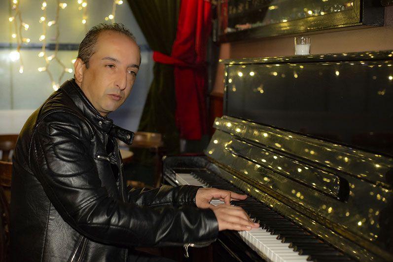 Aaron Salazar al piano