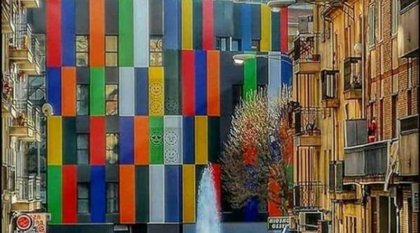 La Casa de los Colores, el edificio multicolor que se alza en el corazón del Barrio