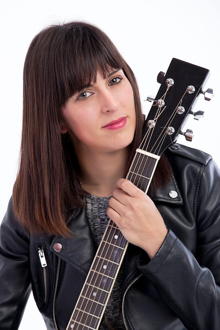 Judith con su guitarra