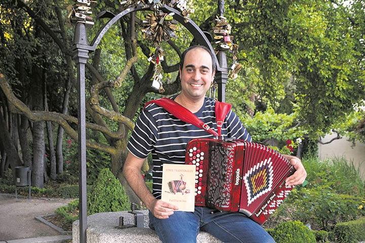 Raúl de Dios con su libro-disco Sones tradicionales