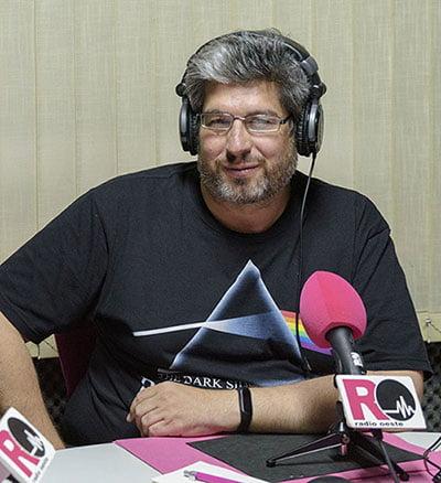 Fernando Sánchez (Fer-Cyborg) en el estudio de Radio Oeste